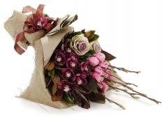 simbidium orkide ve pembe güller