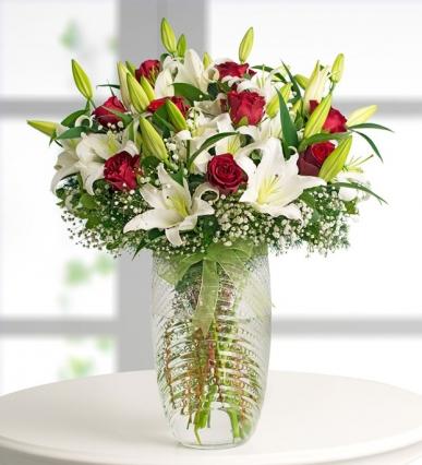kırmızı guller ve lilyumlar