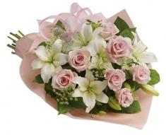 pembe güller ve lilyumlar