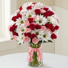 kırmızı güller ve papatyalar