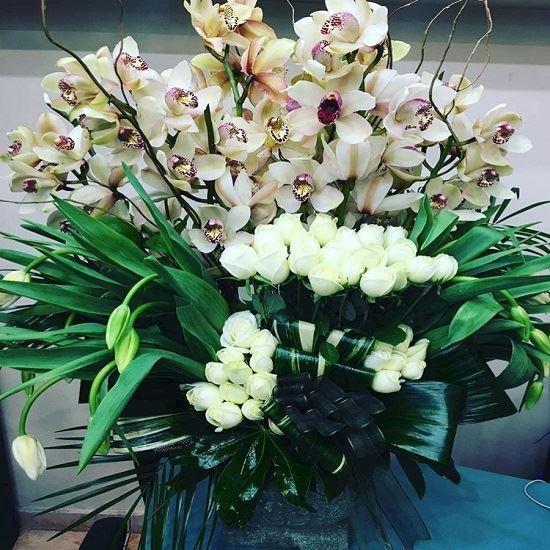 özel kesme orkide ve beyaz güller