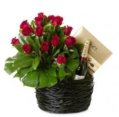 çikolata şampanya ve kırmızı güllerle