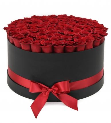 siyah kutuda muhteşem kırmızı güller