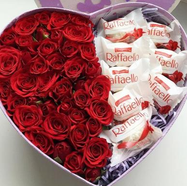 kalp kutuda gül ve çikolatalar