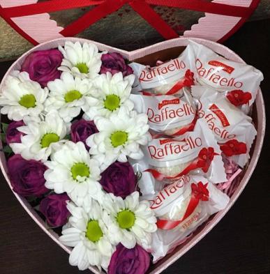 kalp kutuda papatyalar güller ve çikolatalar