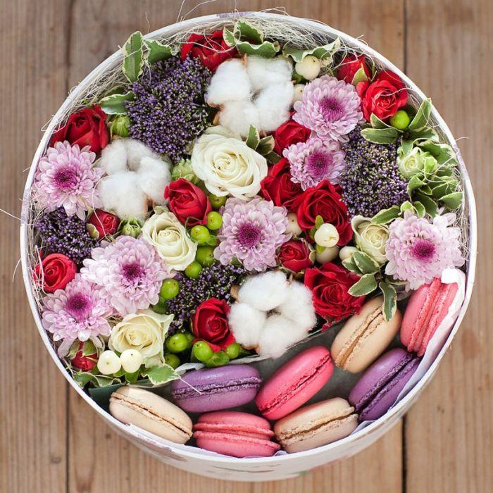 kutuda mevsim çiçekleri ve makaronlar