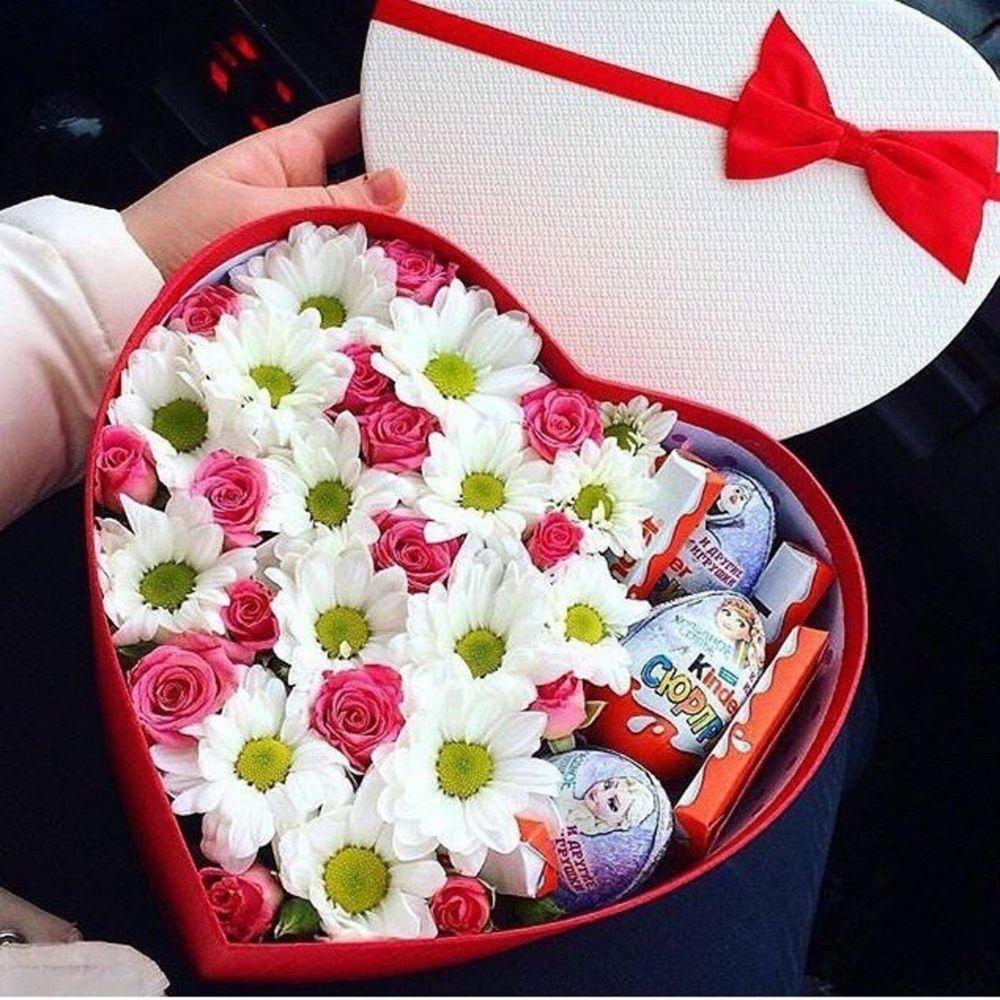 kalp kutuda papatyalar güller ve kinder çikolatalar
