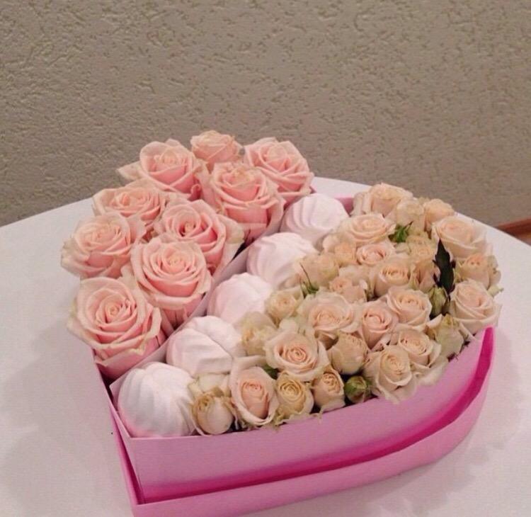 kalp kutuda pembe güller ve makaronlar