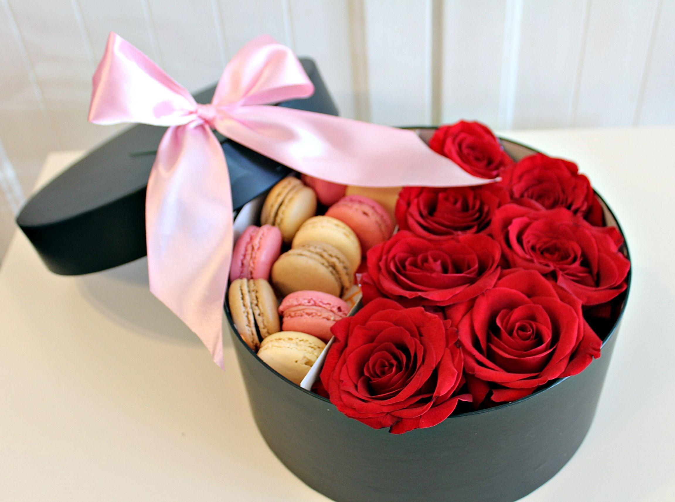 siyah kutuda kırmızı güller ve makaronlar
