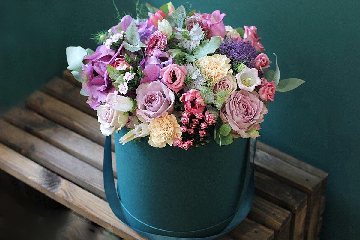 siyah kutu içinde vip mevsim çiçekleri