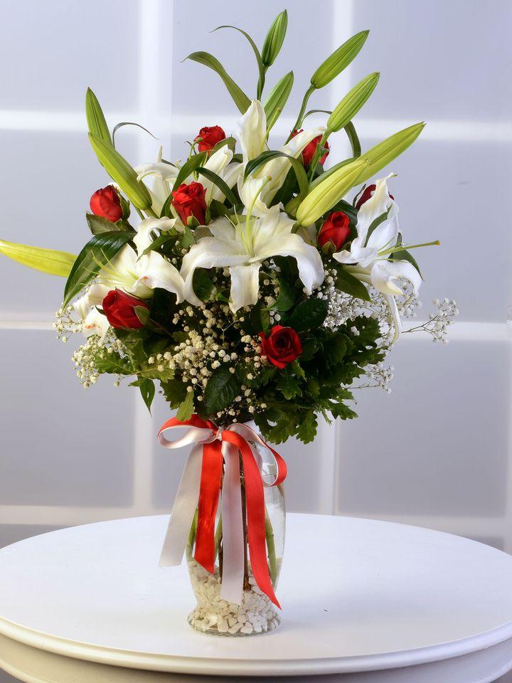naturel vazoda lilyum ve güller