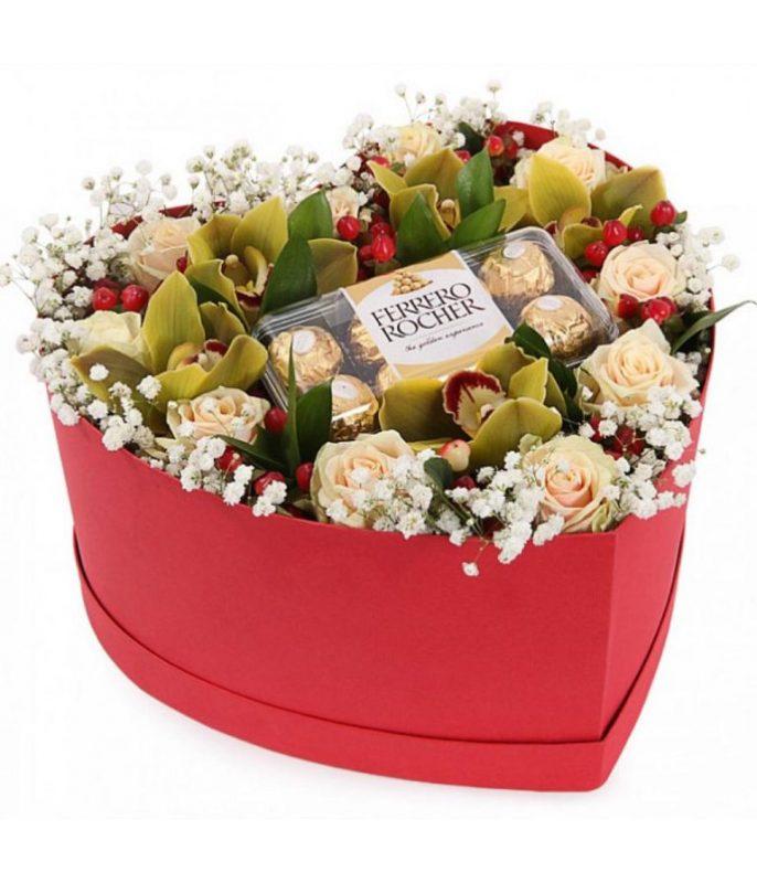 kalp kutuda simbidium orkide ve güller çikolatasıyla beraber