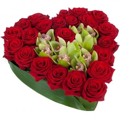 kalp kutuda kırmızı gül ve orkideler