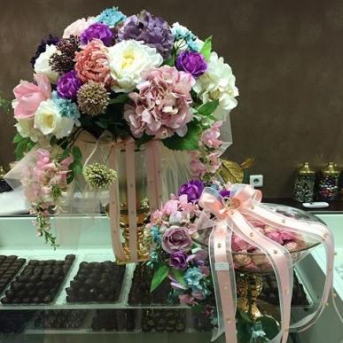 çikolata ve çiçekleri aynı kombin
