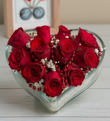Kalp Vazoda 11 Kırmızı Gül